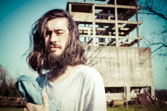 Uomo capelli lunghi baffi