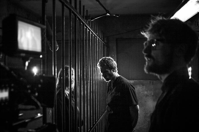 A destra il regista in una foto di scena.