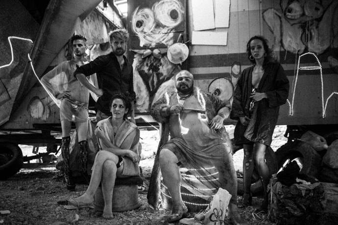 Il regista e parte del cast durante una pausa sul set. © Gianluca Sportelli