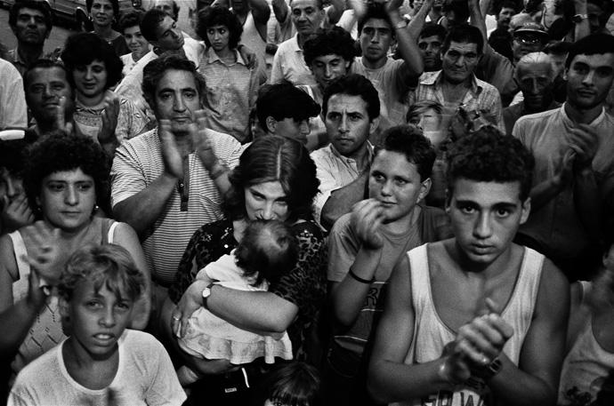 Quartiere Borgo Vecchio, la polizia ha appena ucciso un giovane che stava fuggendo Palermo, 1986 Courtesy Letizia Battaglia