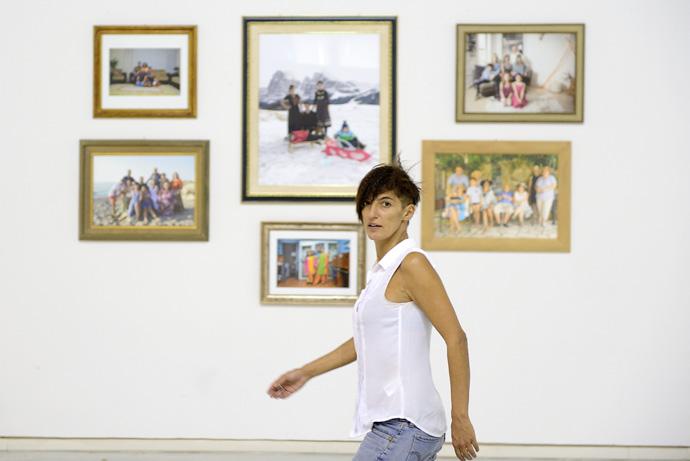 """Alice Schivardi durante l'allestimento di """"Ero figlia unica"""" al Centro Arti Visive Pescheria di Pesaro."""
