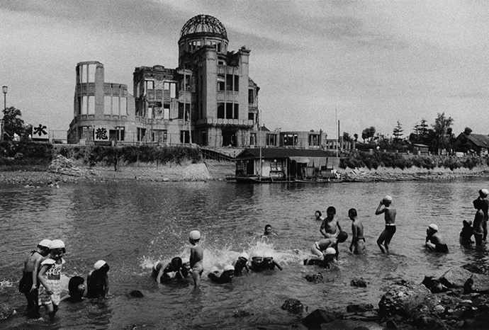 DOMON-KEN-Bagno-presso-il-fiume-davanti-al-Hiroshima-1160x783