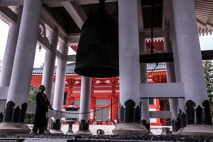 monaco-che-suona-la-campana-in-un-tempio